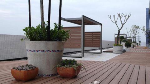 户外防腐木地板价格差距也因质量好坏和加工程序而定, 有的木地板厂